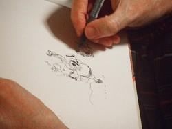 本に絵を描くマウリ