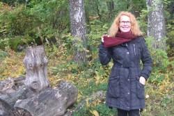 作家リーッタ・ヤロネン 自宅の裏庭で